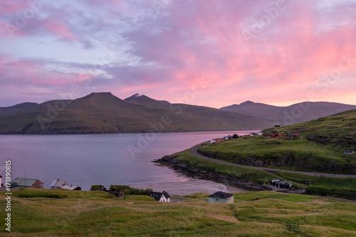 Poster Rose clair / pale Coucher de soleil en europe du nord aux Féroé, couleurs rose et violet