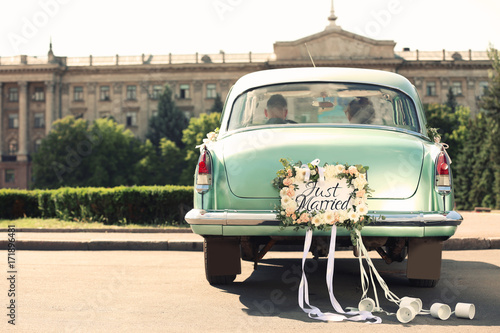 Poster Vintage voitures Wedding couple in car decorated with plate JUST MARRIED and cans outdoors