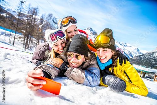 Poster Wintersporten Friends on winter holidays