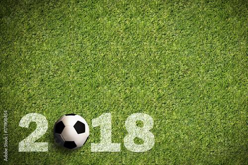 Photographie  Fußball auf Rasen mit Aufschrift 2018