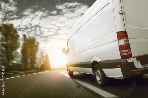 lieferwagen-transportiert-bei-sonnenaufgang