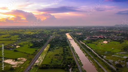 Obraz na płótnie Powietrzna fotografia kanału i kolej wsi zieleni zieleni śródpolny Piękny niebo Lopburi Tajlandia