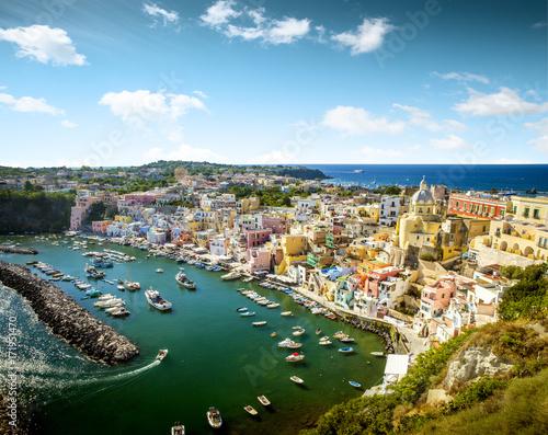 Plakat Panoramiczny widok Corricella wioska na Procida wyspie w Włochy
