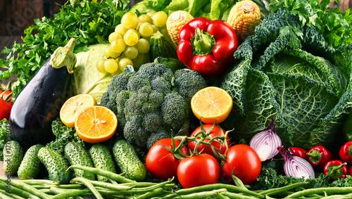 kompozycja-z-roznych-surowych-pelnych-koloru-warzyw-i-owocow