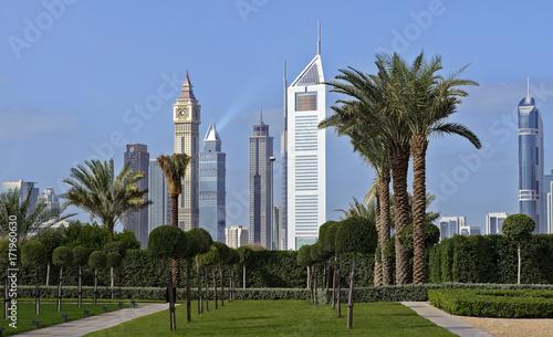 Fototapeta Widok nowożytna Dubaj miasta linia horyzontu od podejścia autostrady Zabeel pałac, Dubaj, Zjednoczone Emiraty Arabskie