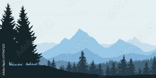 panoramiczny-widok-gorski-z-lasem-i-wzgorzem-pod-niebieskim-niebem-z-chmurami