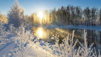 Fototapetaутренний зимний морозный пейзаж с туманом и лесом на берегу реки, Россия, Урал, январь