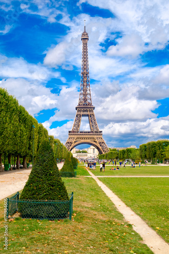Photo  The Eiffel Tower and the Champ de Mars on a summer day in Paris