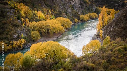 rzeka-kawarau-i-wawoz-jesienny-krajobraz-nowej-zelandii