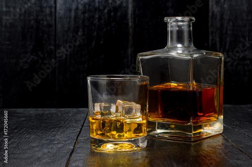 Zdjęcie XXL whisky z karafki na drewniane tła