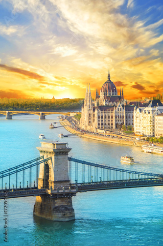 Canvas Print Beautiful view of the Hungarian Parliament and the chain bridge in Budapest, Hun