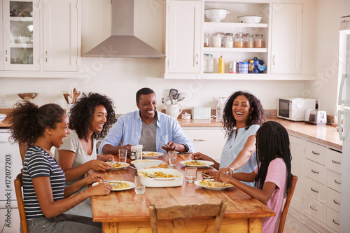 Photo  Family With Teenage Children Eating Meal In Kitchen