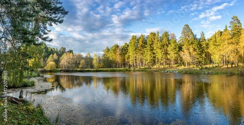 Poster Waterlelies панорама осеннего пейзажа с озером и лесом на берегу, Россия, Урал, сентябрь