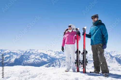 Foto op Canvas Wintersporten Couple holding ski