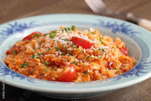 risotto al pomodoro e formaggio cibo vegetariano