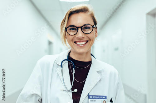 Female doctor standing in hospital corridor Fototapet