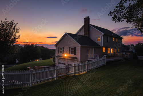 Fotografía  Colonial house sunset