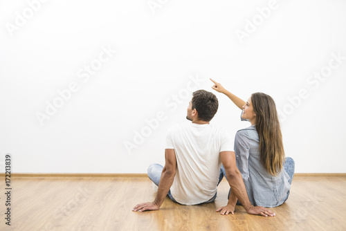 Fotografía  The sitting couple look the empty wall and gesture