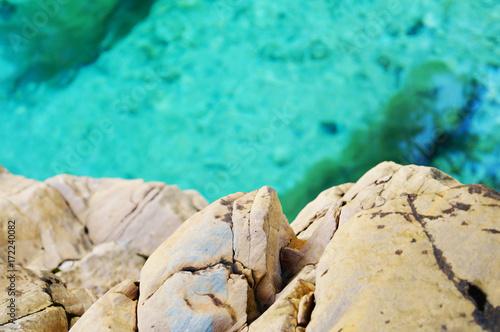 Wall Murals Green coral Stein und blaues Wasser dahinter