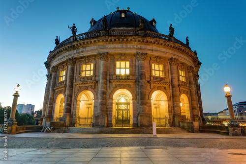 Zdjęcie XXL Muzeum Bode na Wyspie Muzeów w Berlinie o świcie