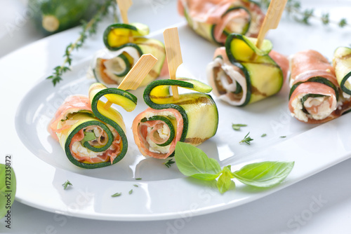 Foto auf Leinwand Bar Zucchiniröllchen mit feinem italienischem Schinken und Frischkäse mit Basilikum - Zucchini appetizer rolls with delicious Italian ham and cream cheese with basil