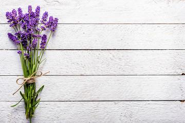 Svježe cvijeće buketa lavande, pogled odozgo na bijeloj drvenoj podlozi