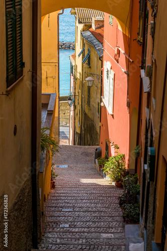 Steile Gasse in Cervo, Riviera di Ponente, Liguria, Italy Poster