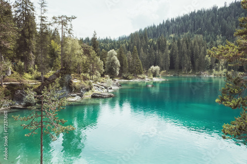 Photo Stands Türkises Wasser am Caumasee in der Schweiz