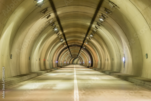 Foto op Canvas Tunnel 薄暗いトンネル
