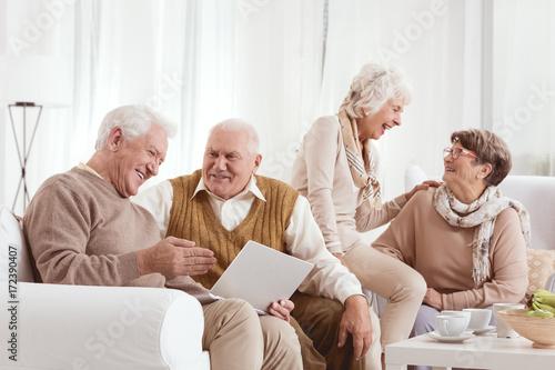 Fotografía  Senior friends are laughing