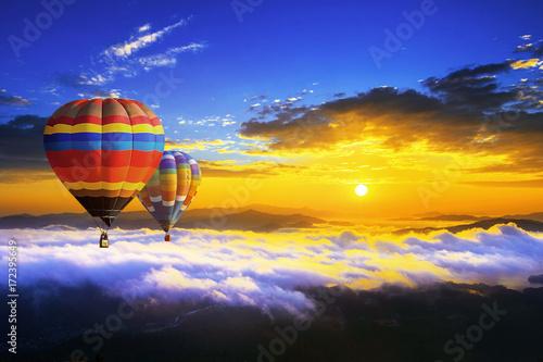 dwa-balony-lecace-nad-chmurami-w-strone-zachodzacego-slonca
