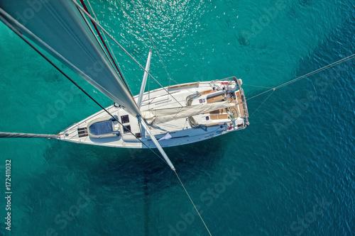 Plakat Widok z wysokiego kąta żeglowania łodzi. Zdjęcie lotnicze pokładu statku