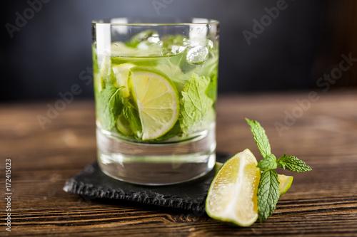 mojito-z-limonka-w-przezroczystej-szklance
