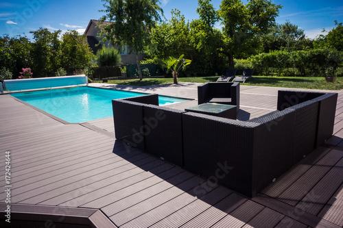 piscine terrasse et salon de jardin – kaufen Sie dieses Foto und ...