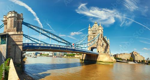 piekny-letni-dzien-nad-slynnym-mostem-w-londynie