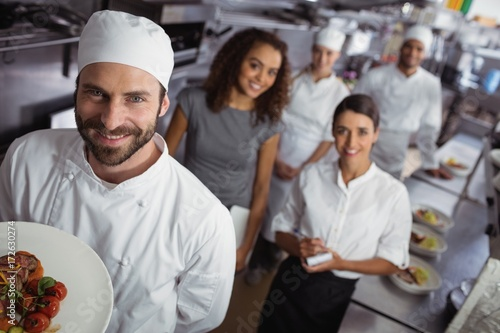 Fotografía  Restaurant manager with his kitchen staff