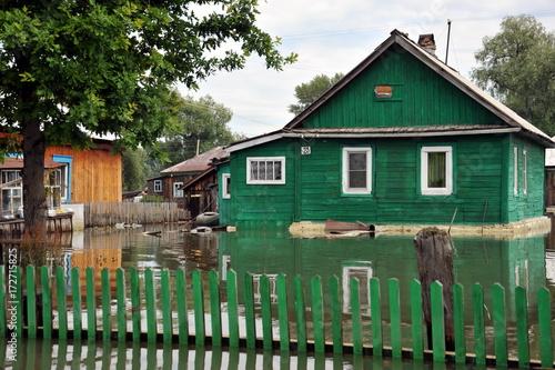 Zdjęcie XXL Powódź. Rzeka Ob, która wynurzyła się z brzegów, zalała obrzeża miasta.