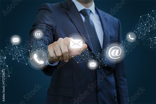 Fotografía  Businessman clicks on the letter.