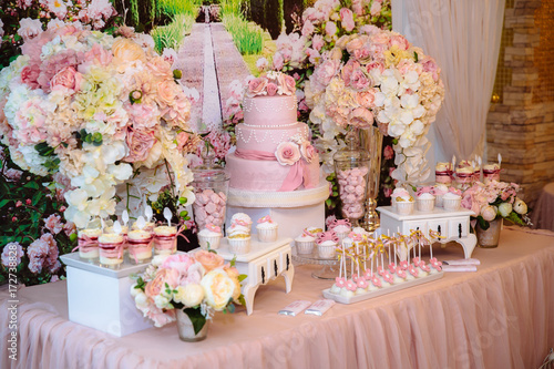 Foto-Lamellenvorhang - Candy bar and wedding cake. Table with sweets, buffet with cupcakes, candies, dessert. (von romannoru)