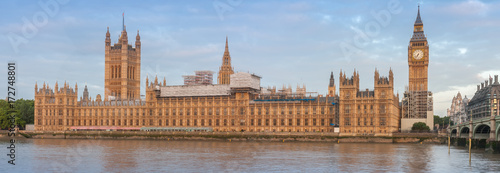 Cuadros en Lienzo  Panoramic view of Palace of Westminster in the morning