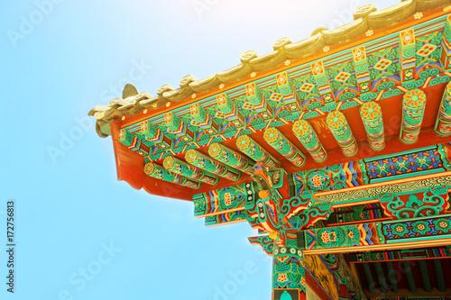 Plakat Słońce błyszczy nad dach niektóre buddyjski monaster lokalizować blisko Seul, Południowy Korea -