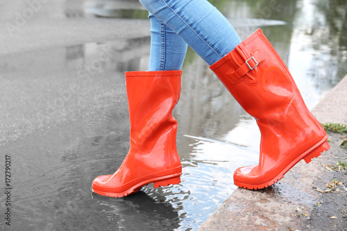 Fotografía  Woman in red rubber boots, outdoors