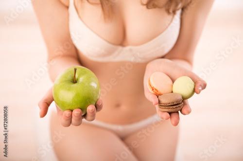 kobieta-przed-trudnym-wyborem-dotyczacym-diety-owoce-czy-slodycze