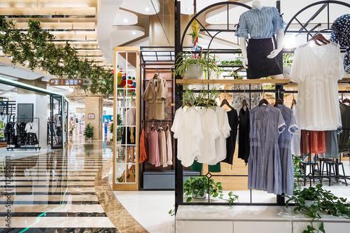 Fototapeta modne ubrania w nowoczesnym centrum handlowym