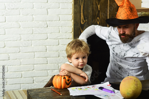 Photo  Man in orange hat and kid with interested faces