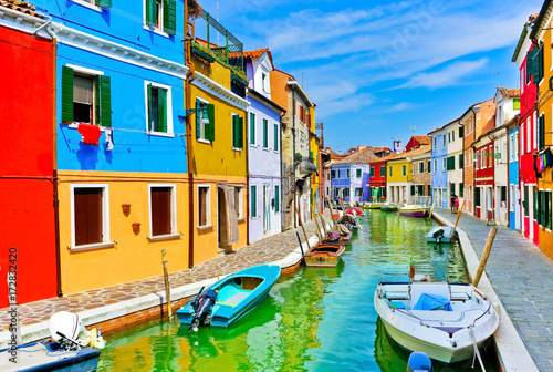 Fotomural  View of the colorful Venetian houses along the canal at the Islands of Burano in Venice