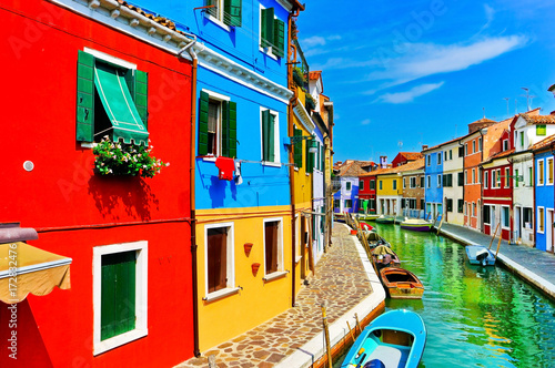 Fotografía  View of the colorful Venetian houses along the canal at the Islands of Burano in Venice