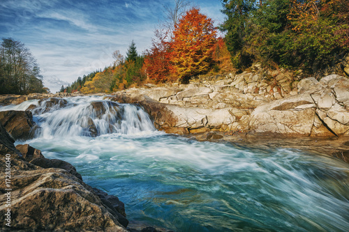 kamienista-rzeka-z-burzliwym-strumieniem-jesienny-krajobraz