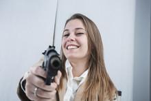 Bella E Sorridente Segretaria Bionda Punta Una  Pistola Scherzando