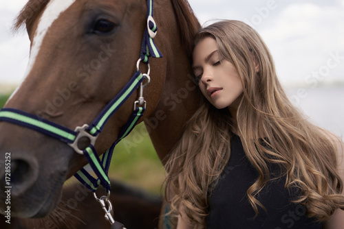 Küchenrückwand aus Glas mit Foto womenART Beautiful young lady with horse
